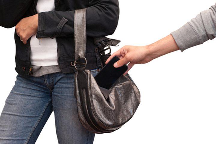 كشف ملابسات سرقة 8 محال تجارية في الخليل