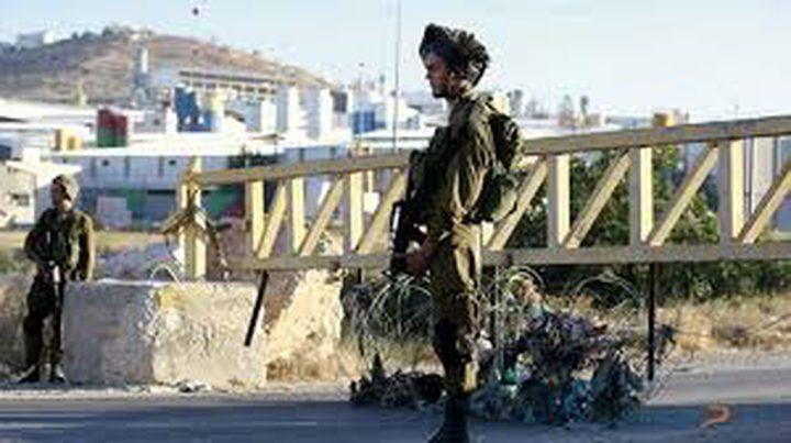 قوات الاحتلال تغلق مداخل بلدة سنجل بالبوابات الحديدية