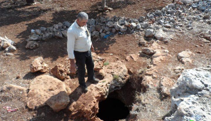 مستوطنون يردمون بئرا للمياه جنوب بيت لحم