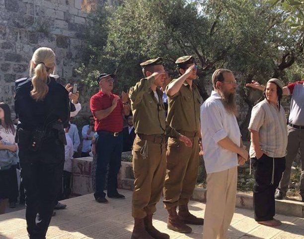 جنديان إسرائيليان يؤديان التحية العسكرية في المسجد الأقصى
