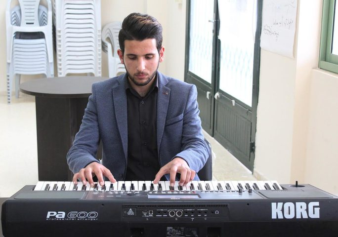 في جنين... شاب عشق اللغة بين مفاتيح البيانو