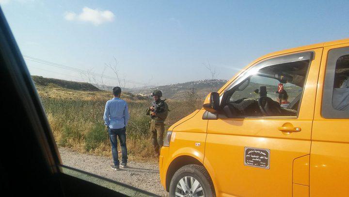 حاجز للاحتلال واحتجاز مواطنين غربي نابلس (صور)