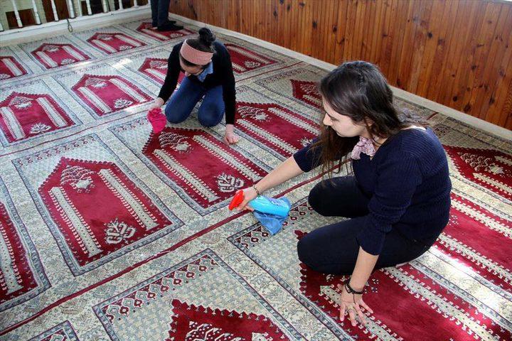 حملة تنظيف للمساجد بتركيا تقودها طالبات غير محجبات !