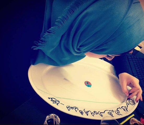 بأعواد الأسنان فنانة فلسطينية تحول الأشياء إلى تحفٍ فنية