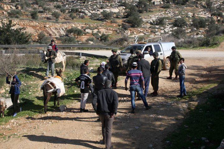 الاحتلال يحتجز مواطنين من طوباس