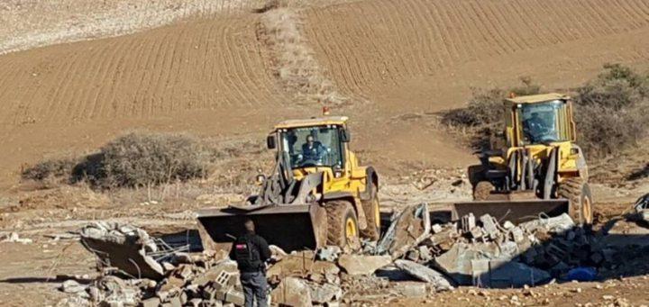 الاحتلال يهدم منزلا ويجرف أراضي بالنقب