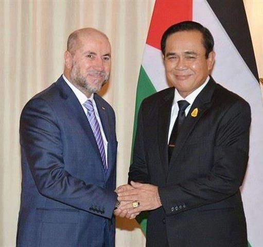 الهباش يلتقي رئيس وزراء تايلاند ويسلمه دعوة رسمية لزيارة فلسطين