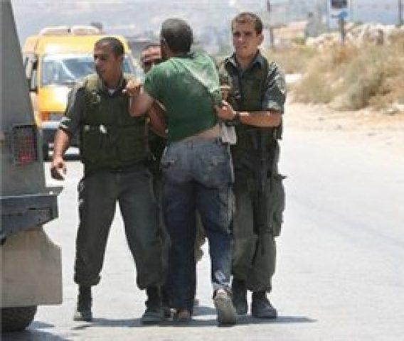 قوات الاحتلال تعتقل أسيراً محرراً على حاجز حوارة
