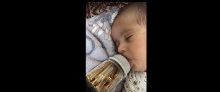 """طفل يرضع من ببرونة مملوئة بالرصاص """" فيديو"""""""
