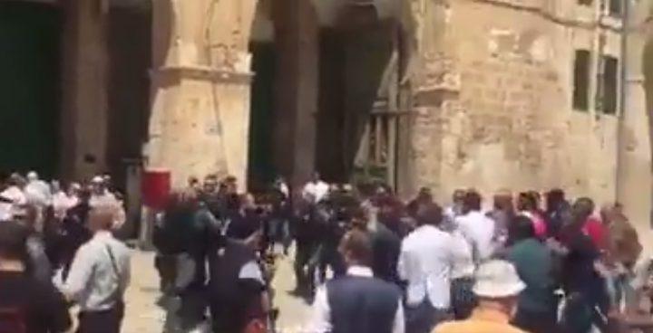 """الاحتلال يعتدي على حراس الأقصى والمصلين""""فيديو"""""""