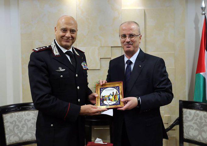 رئيس الوزراء يبحث سبل التعاون مع وفد من الشرطة الإيطالية