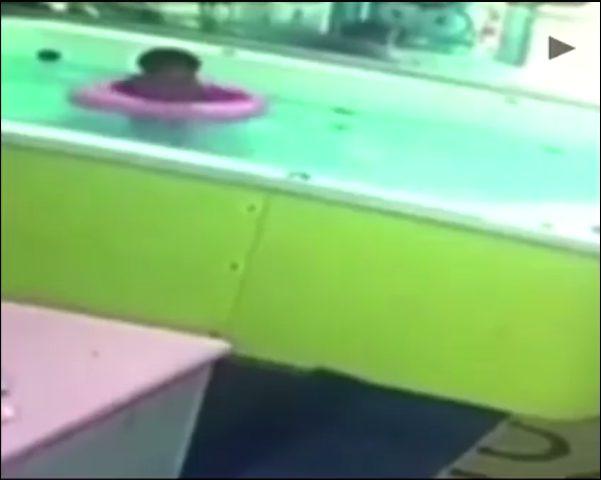 طفل يغرق وعجل سباحة يمنعه من النجاة