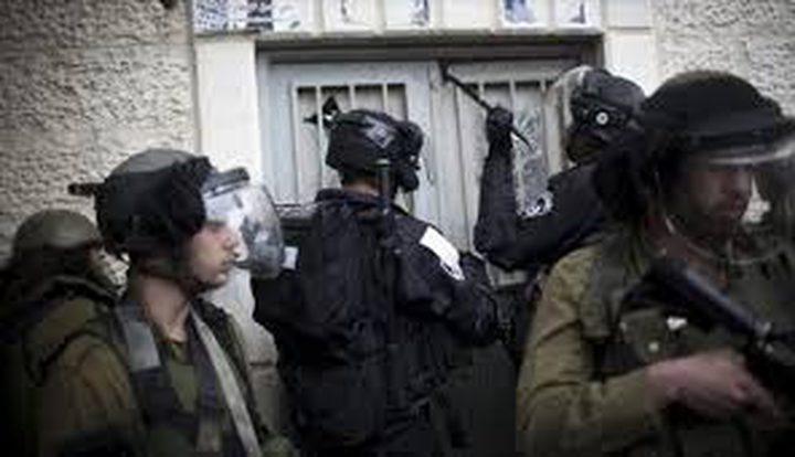 الاحتلال يسلم شاباً بلاغاً لمراجعة مخابراته