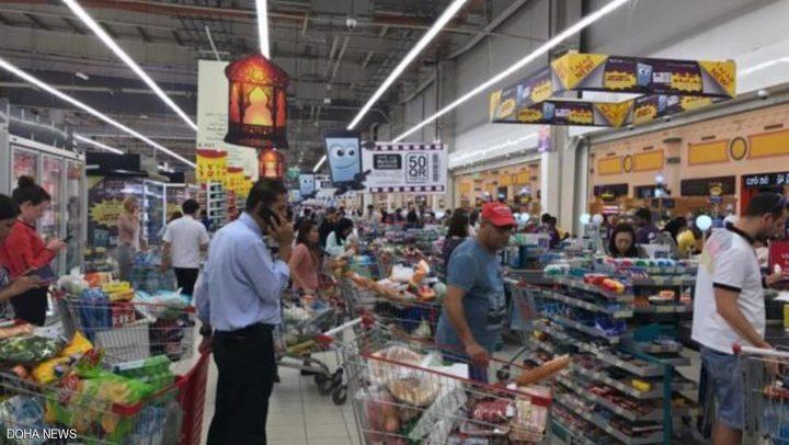 أعداد هائلة في المتاجر القطرية ونفاذ لبعض السلع