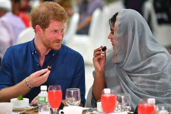 الأمير هاري يشارك المسلمين إفطاراً في سينغافورة