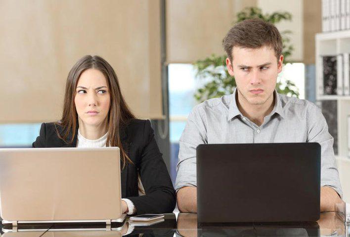 كيف تتعاملين مع زميلٍ في العمل لا تحبينه؟