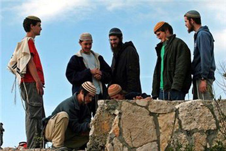 مستوطنون يؤدون طقوساً دينية جنوبي نابلس