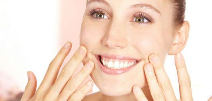 عادات قد تسبب في ظهور التجاعيد حول الفم