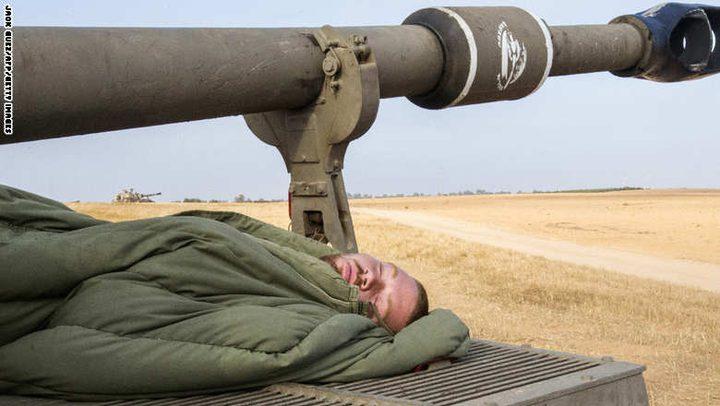 جندي إسرائيلي ينام خلال مناورة عسكرية في الجولان