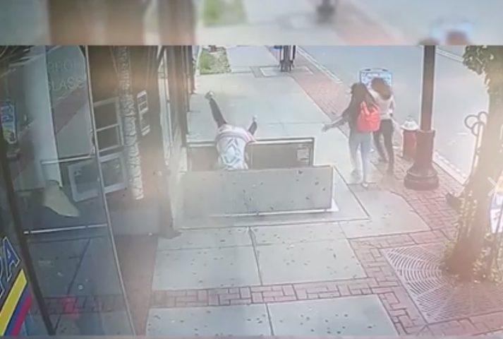 شاهد إمرأة تسقط بحفرة أثناء انشغالها بالهاتف