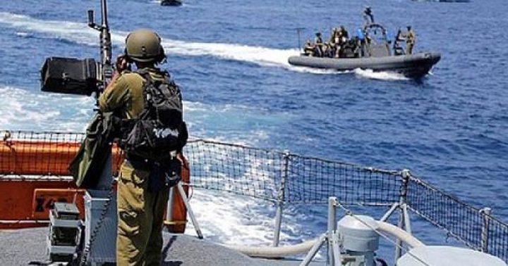 زوارق الاحتلال تستهدف الصيادين في بحر غزة