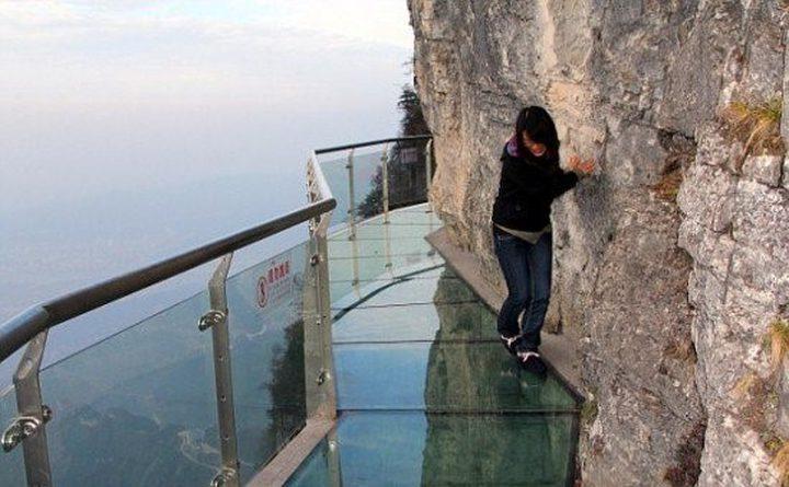 شاهد ردة فعل السياح على السور الزجاجي