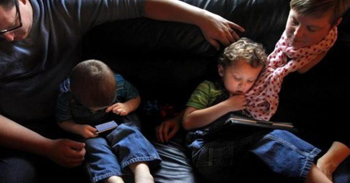 استخدام الأم للهاتف يؤثر على نمو الطفل