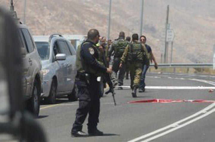 الاحتلال يحتجز عشرات المواطنين على مدخل نعلين الشرقي