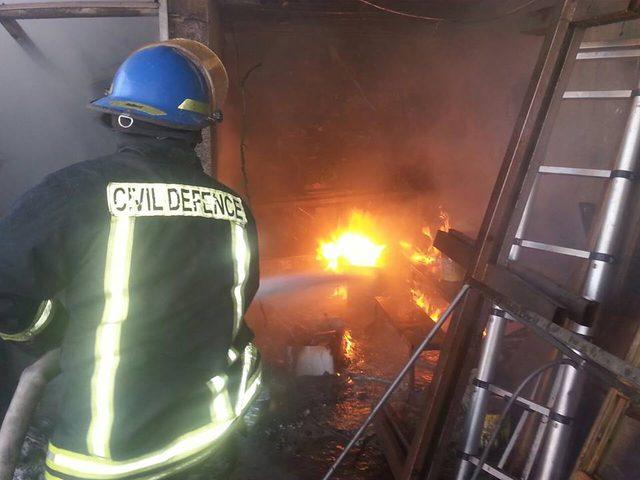 الدفاع المدني يخمد حريقا في مخزن شرق جنين