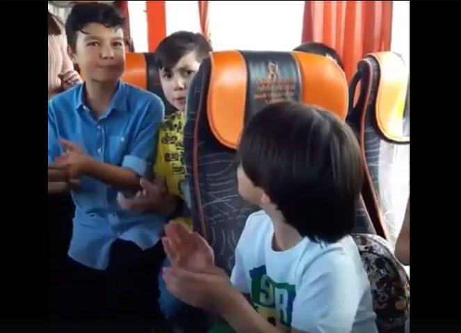 غناء جماعي وبطل المشهد طفل الأوكورديون (فيديو)