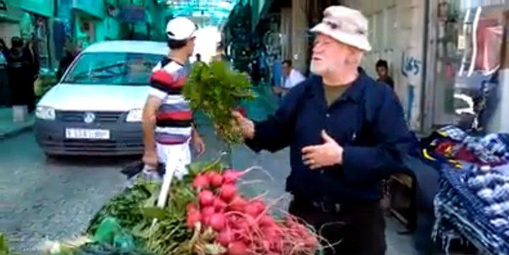 مسن فلسطيني يبيع الخضار بطريقة مبتكرة (فيديو)