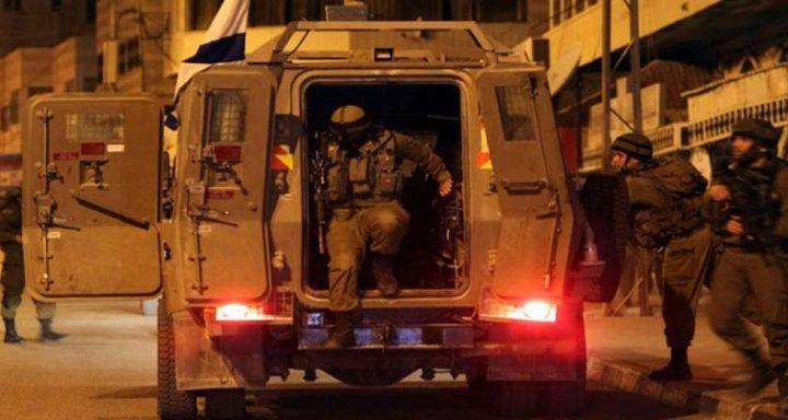 اعتقال شابين من بيت امر