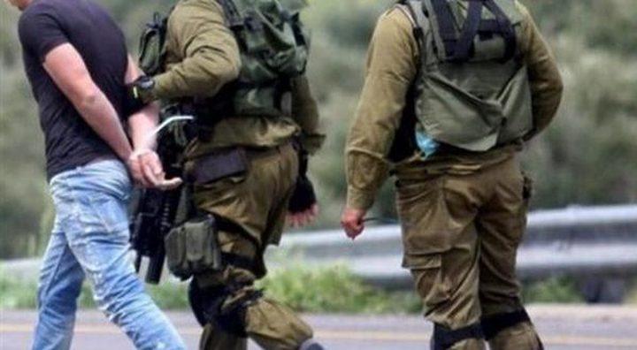الاحتلال يعتقل مواطنين من بيت أمر