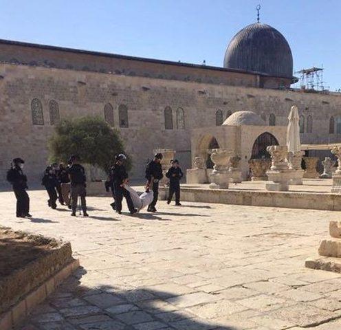 االاحتلال يعتدي على المصلين بالاقصى