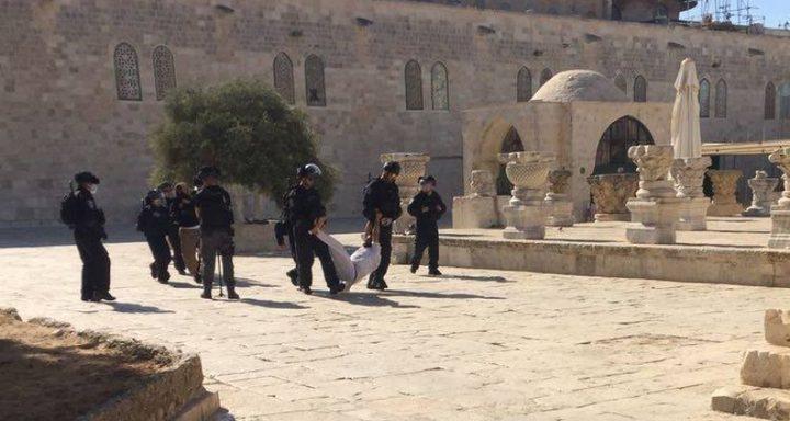 """قوات الاحتلال تحاصر الأقصى وتعتدي على المصلين """"صور"""""""