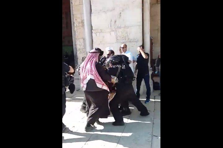 """اعتداء قوات الاحتلال على المعتكفين بالأقصى""""فيديو"""""""
