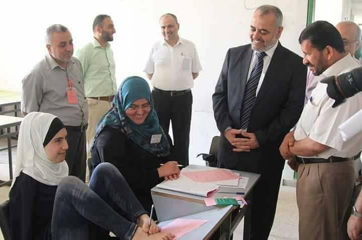 أية مسعود تؤدي امتحان الثانوية العامة بلا يدين (صور)