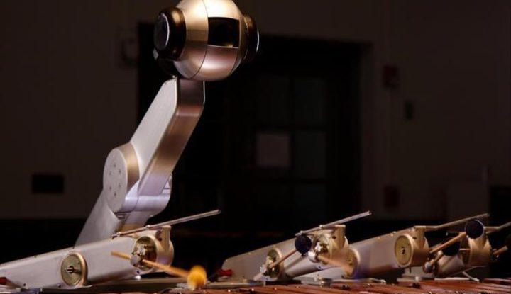 روبوت يؤلف الموسيقى ويعزف النغمات