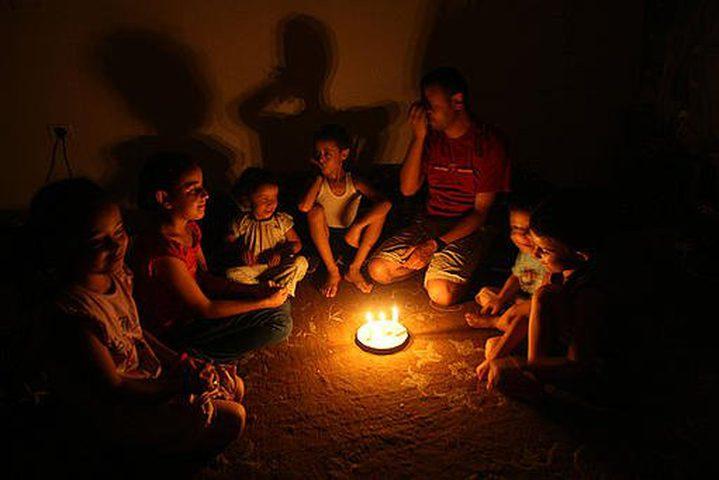 إسرائيل تخفض كمية الكهرباء الواردة لغزة مجدداً