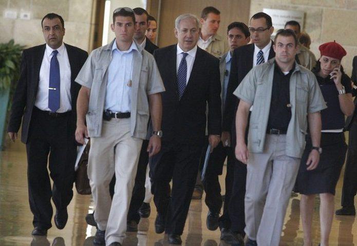حراس نتنياهو يجردون صحافياً من جميع ملابسه للاشتباه بأنه فلسطيني