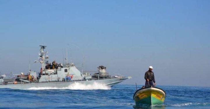 زوارق الاحتلال تستهدف مراكب الصيادين ببحر خانيونس