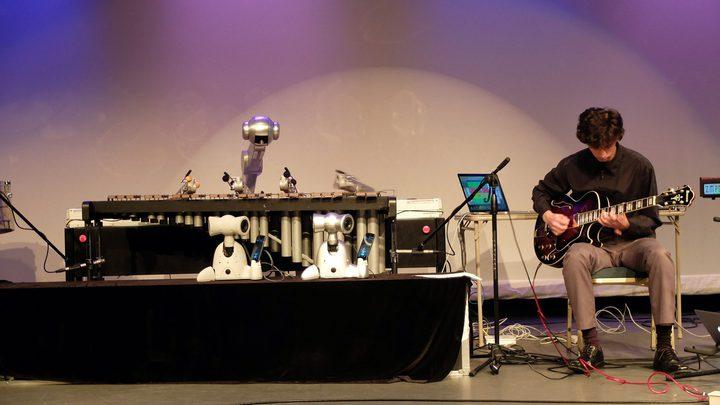 روبوت يعزف ويلحن ويؤلف الموسيقى