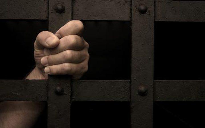 ثلاثة أسرى يدخلون أعواما جديدة في السجون