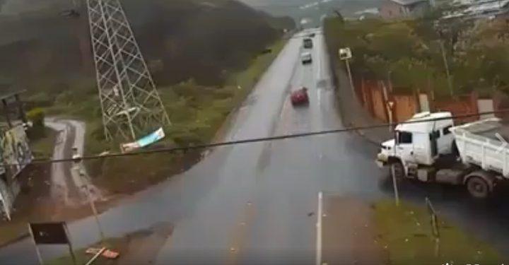 شاهد حادث بين شاحنتين.. من المسؤول؟