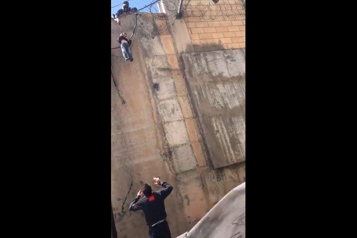 والد وطفله البالغ 5 أعوام تجاوزا الجدار بعناء ولكن ماذا حدث؟ فيديو