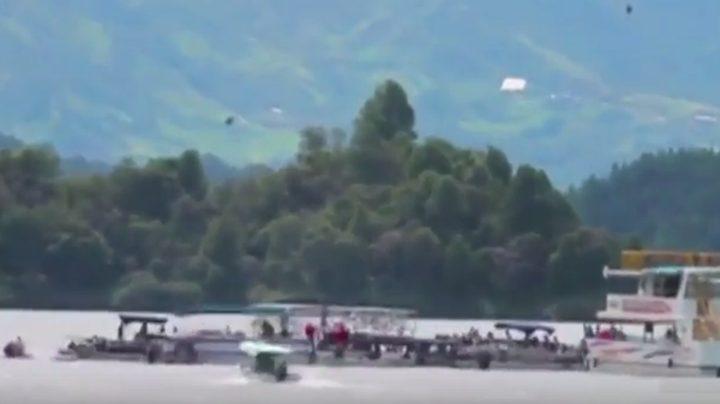شاهد..سفينة سياحية تغرق بـ 170 راكباً