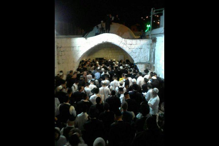 مستوطنون يقتحمون قبر يوسف شرق نابلس (صور)