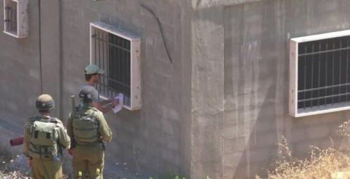الاحتلال يسلم اخطارا بوقف البناء لمنزل في اذنا