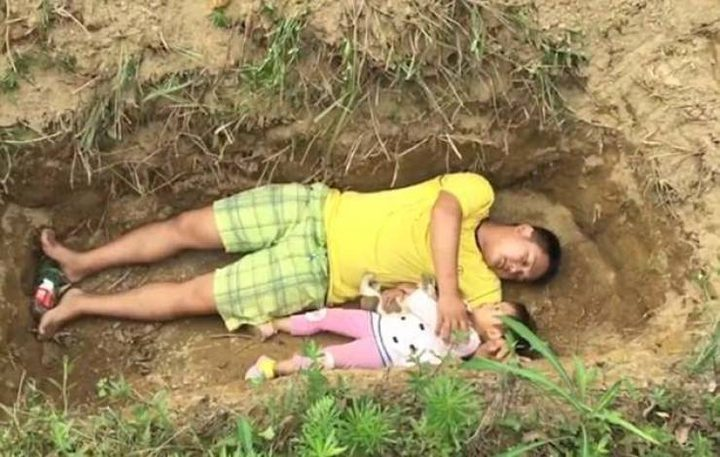 أب يعود طفلتهُ على تقبل قبرها من الآن