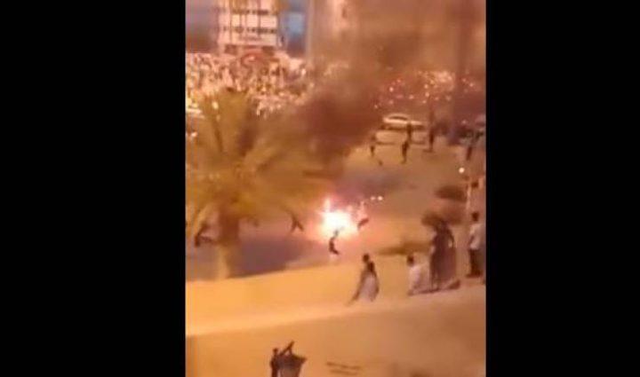 شاهد: ليبي يحرق نفسه ويتحوّل إلى كرة لهب